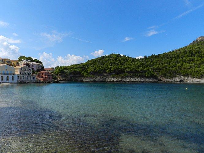 Der 'Hafen' von Assos auf Kefalonia dient gleichzeitig als Stadtstrand